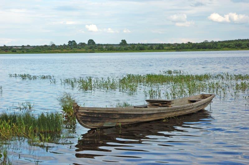 Bateau en bois près de riverbank image libre de droits