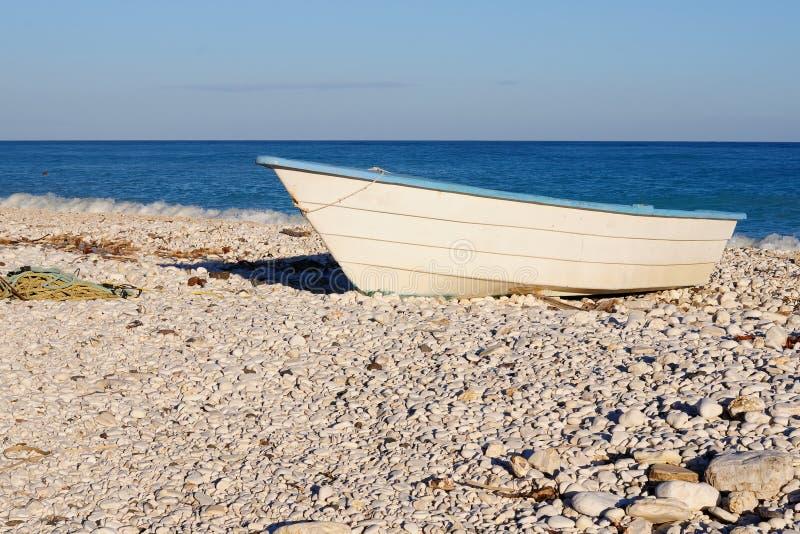 Bateau en bois sur la plage, République Dominicaine  photos stock