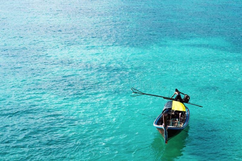 Bateau en bois sur le bel océan en île de Lipe, Thaïlande images stock