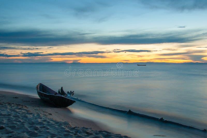 Bateau en bois sur le rivage du lac Baïkal le soir photographie stock libre de droits