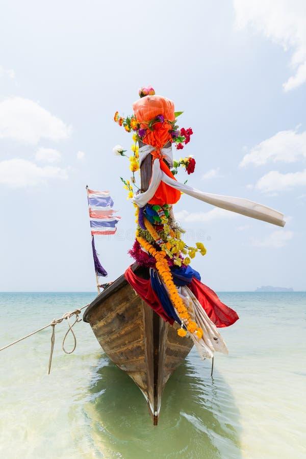 Bateau en bois thaïlandais traditionnel de longue queue avec la décoration amarrée à la plage de Railay dans la province de Krabi image stock