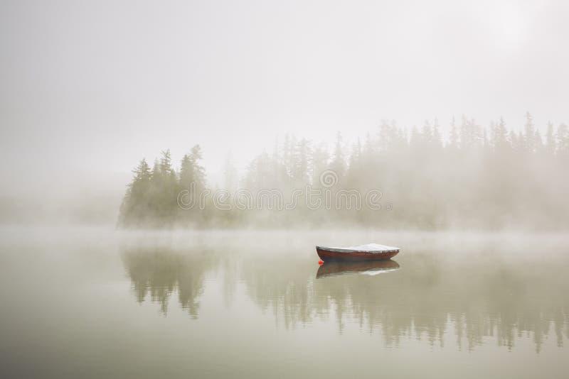 Bateau en brouillard mystérieux image stock