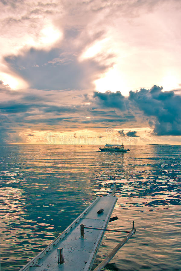 Bateau en mer images stock