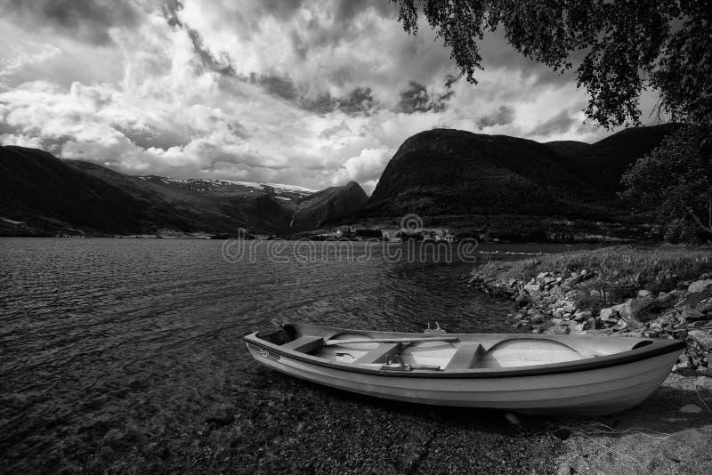 Bateau en Norvège noire et blanche photographie stock