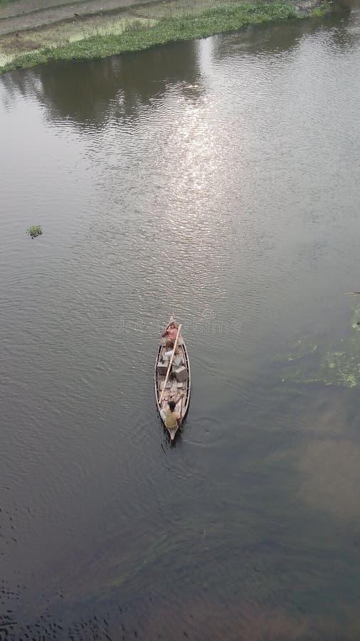 Bateau en rivière images libres de droits