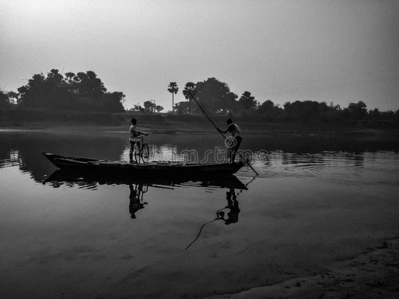 Bateau en rivière photographie stock
