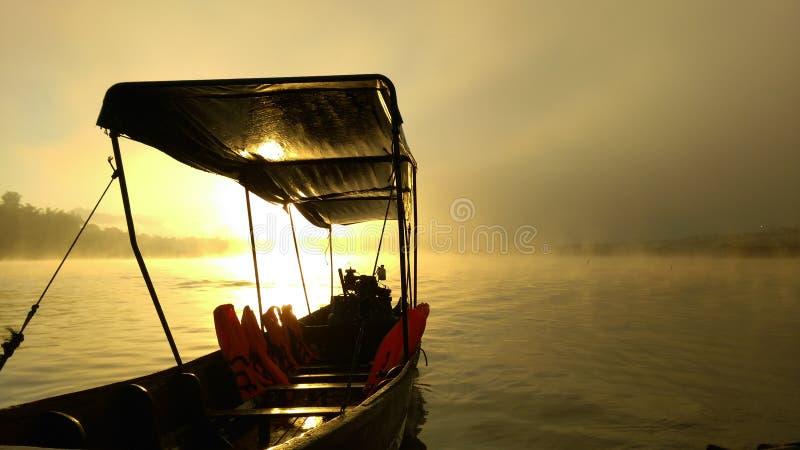 bateau en rivière photo stock