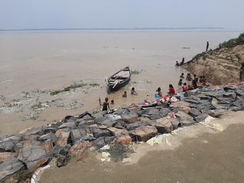 Bateau en rivière de ganga baignant des personnes photographie stock libre de droits
