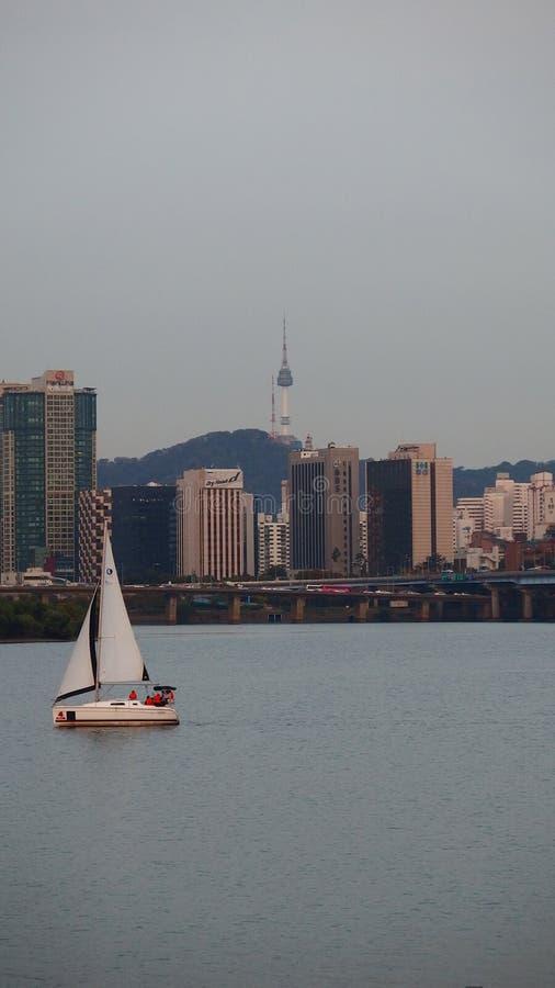 Bateau en rivière de Hangang image libre de droits