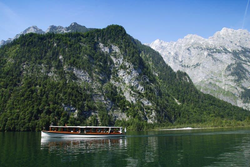 Bateau et Alpes photo libre de droits