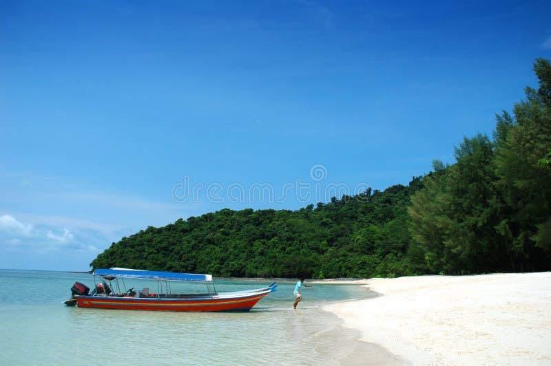 Bateau et belle plage images stock