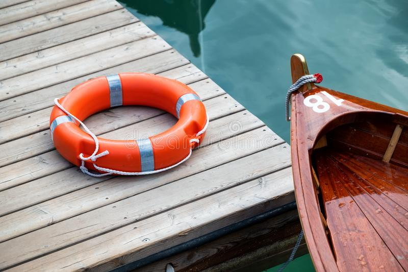 Bateau et bouée de sauvetage sur le lac photos libres de droits