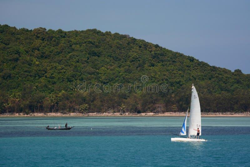 Bateau et catamaran de p?che Petit ?lot pr?s de Koh Phangan Archipel de Chumpon Province de Surat Thani thailand images libres de droits