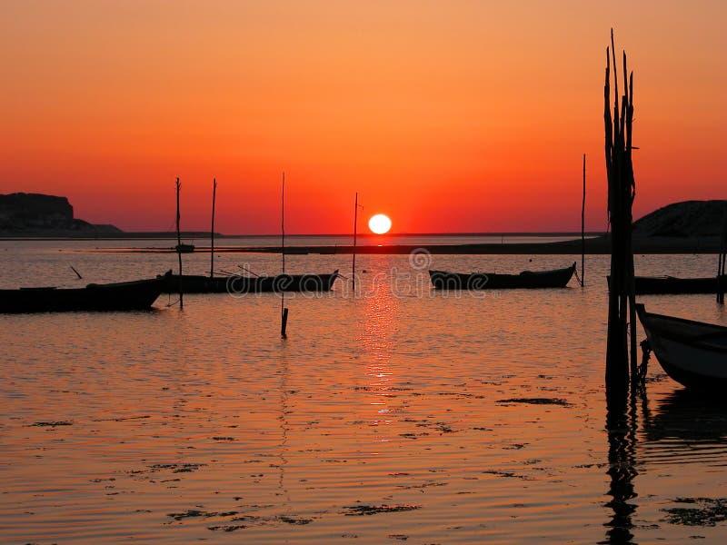Bateau et coucher du soleil photographie stock