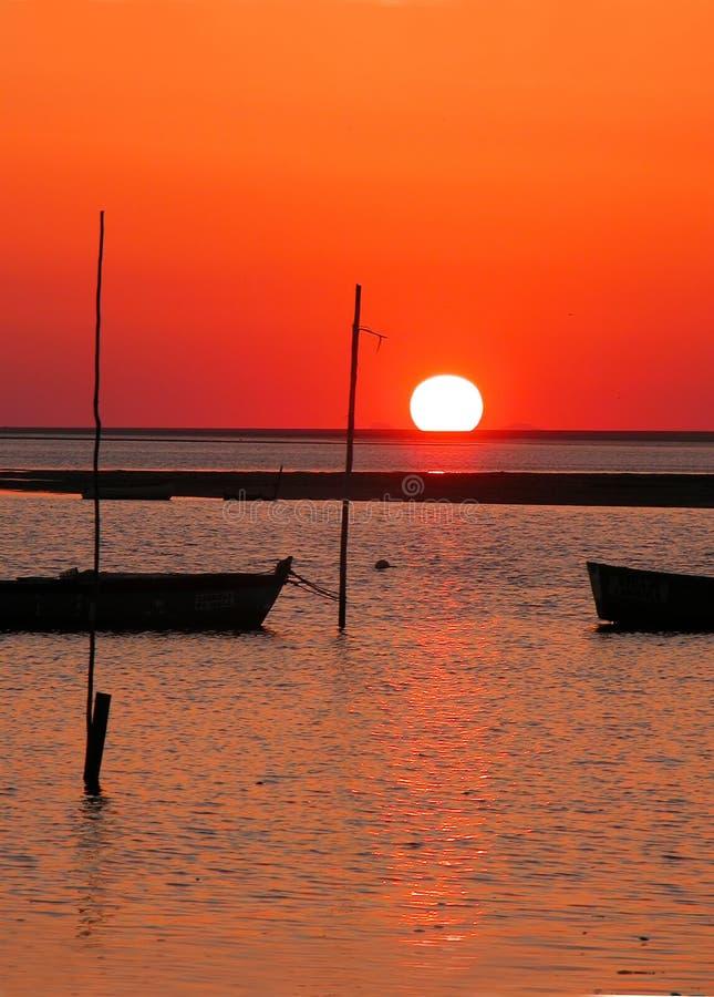 Bateau et coucher du soleil photo libre de droits
