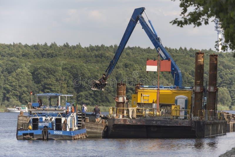Bateau et dragage dans le canal image stock
