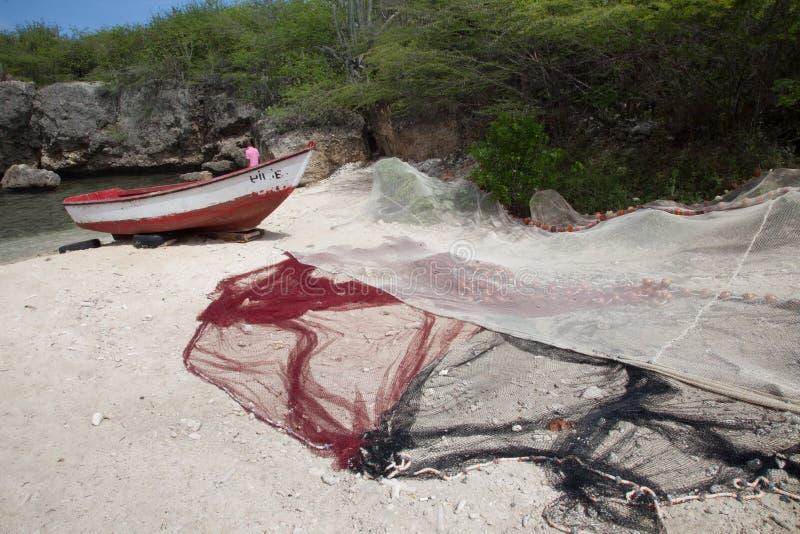 Bateau et filets de pêche de plage de Daiboo image stock