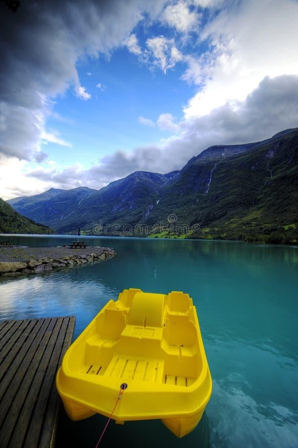 Bateau et fjord jaunes photo stock