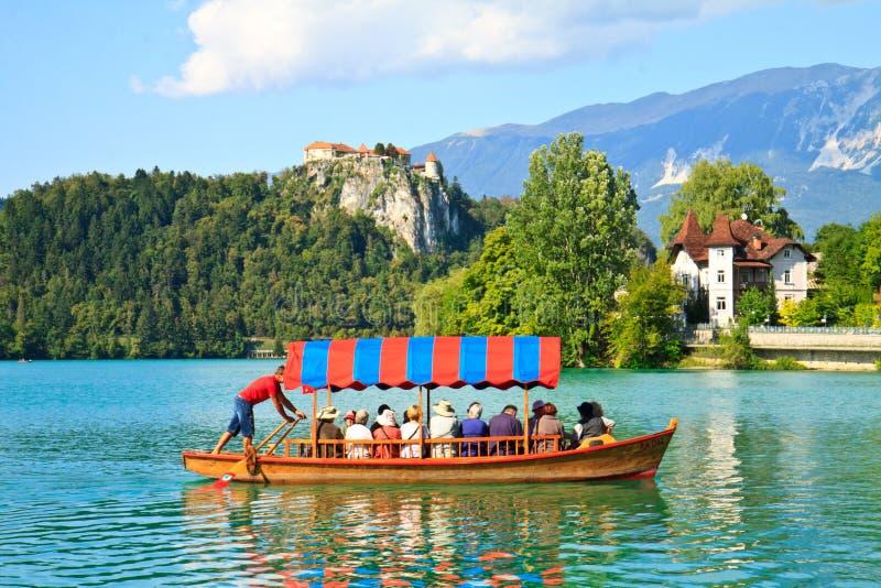 Bateau et lac saignés, Slovénie photographie stock libre de droits