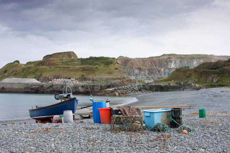 Bateau et matériel de pêche avec la carrière photos libres de droits