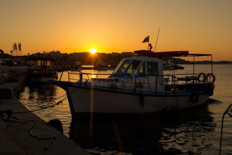 Bateau et mer de coucher du soleil photos stock