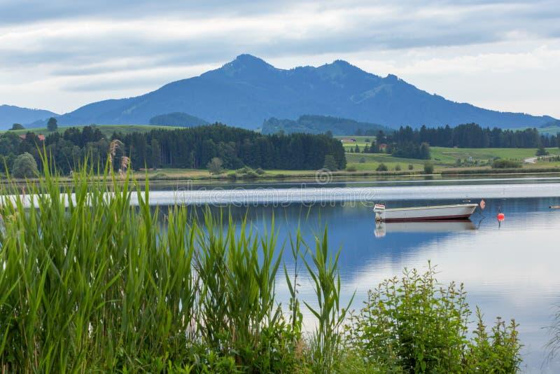 Bateau et Moutain dans le lac Hopfensee, Fussen, Allemagne photo libre de droits
