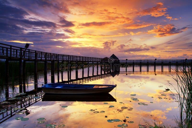 Bateau et passerelle en bois avec le beau ciel. photos stock