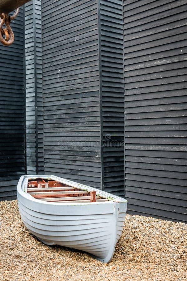 Bateau et vieilles huttes de pêcheurs photographie stock