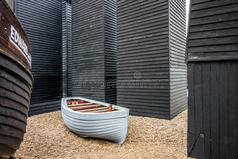 Bateau et vieilles huttes de pêcheurs image stock