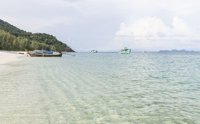 Bateau flottant sur la plage de la province de Satun de la Thaïlande du sud photos stock