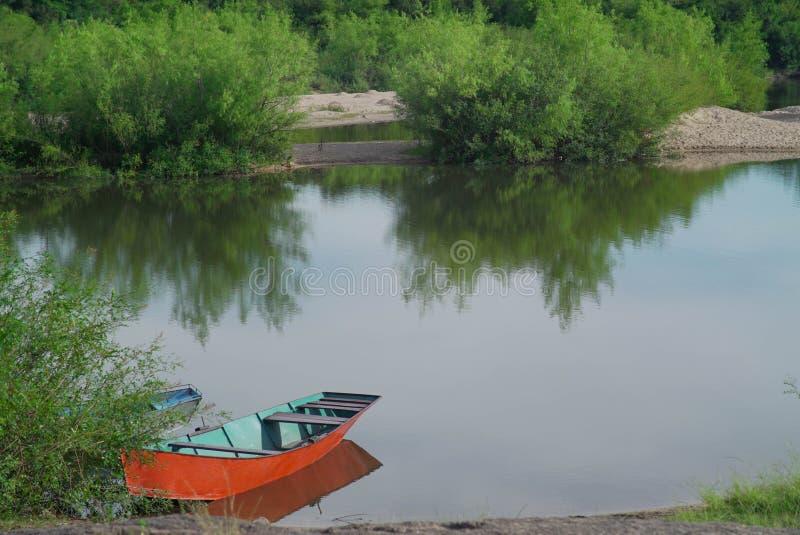 Bateau garé sur le rivage d'une rivière images stock
