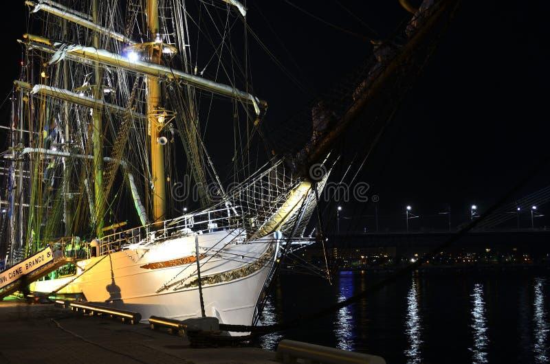 Bateau grand brésilien «Cisne Branco» dans le port de Riga la nuit. images stock