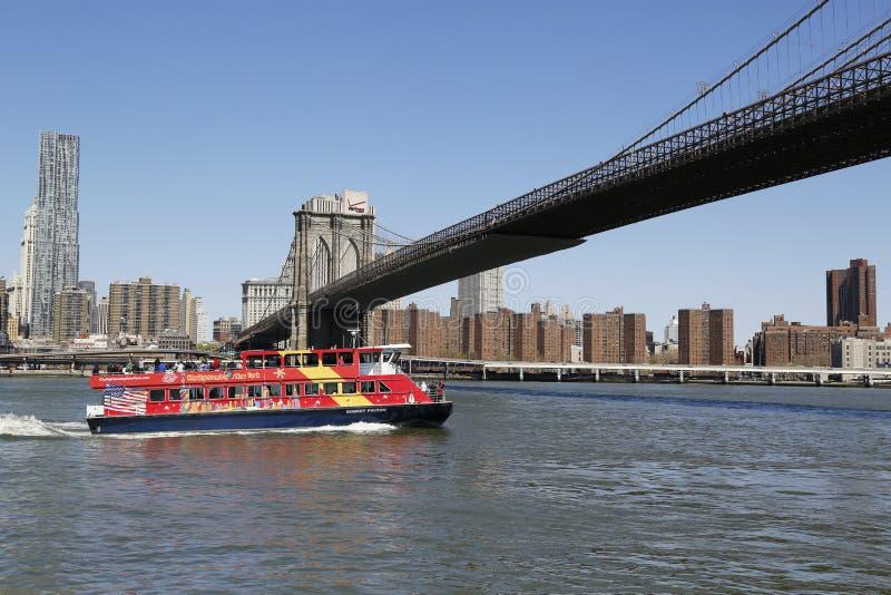 Bateau guidé de ville sous le pont de Brooklyn images libres de droits