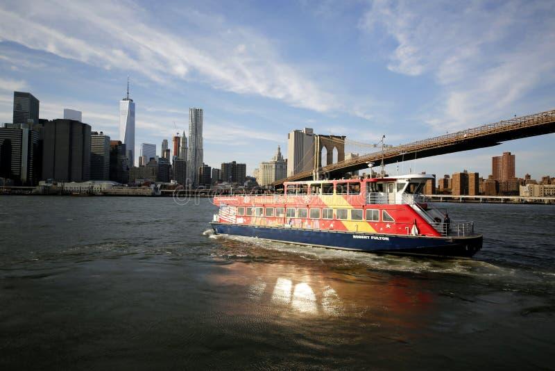 Bateau guidé de ville sous le pont de Brooklyn images stock