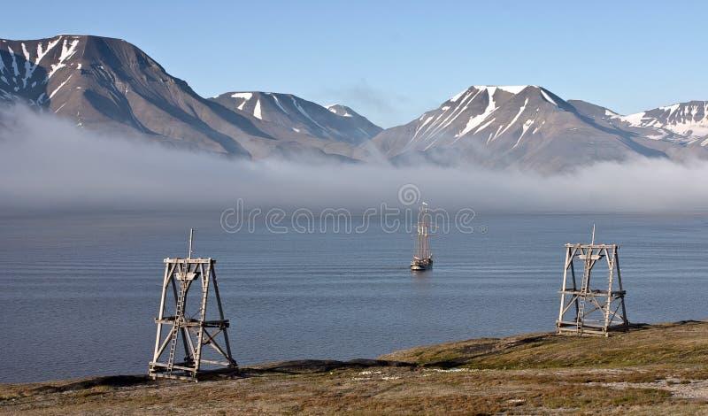 Bateau historique dans le fjord de Svalbard photos libres de droits