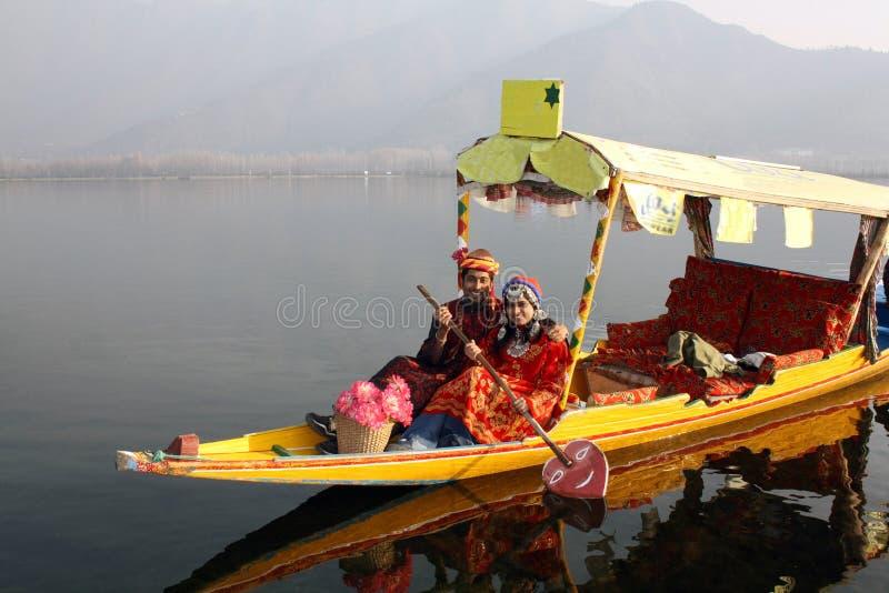 Bateau indien du nord de Shikara d'équitation de couples photos libres de droits
