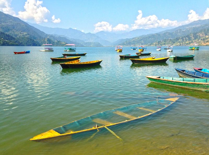 Bateau inondé sur le rivage du lac Pheva photographie stock libre de droits
