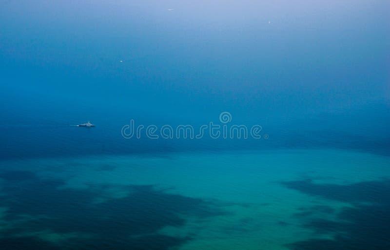 bateau isolé photo stock