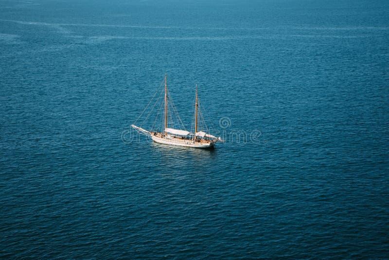 Bateau isolé sur la mer calme photo libre de droits