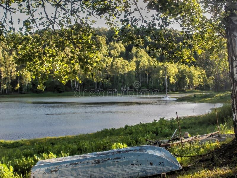 bateau isolé sur le rivage photo stock