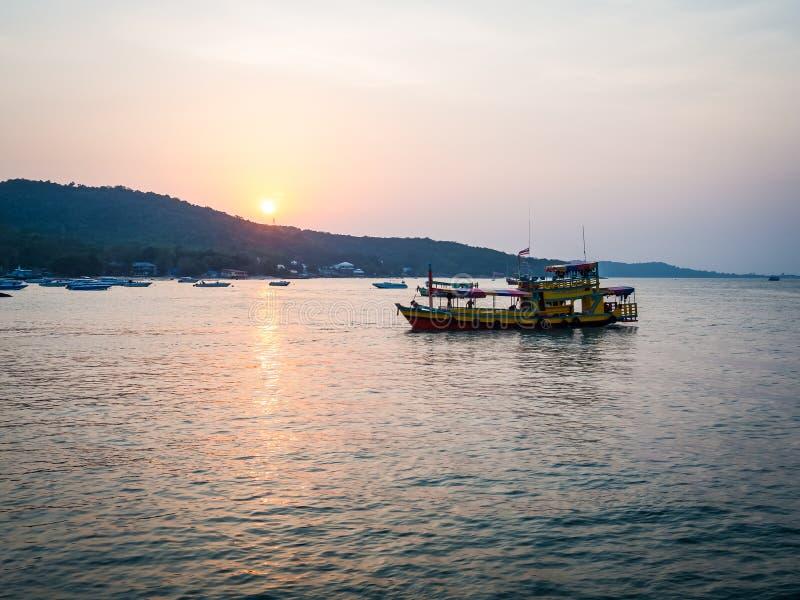 Bateau jaune au coucher du soleil sur la mer de la Thaïlande photo libre de droits