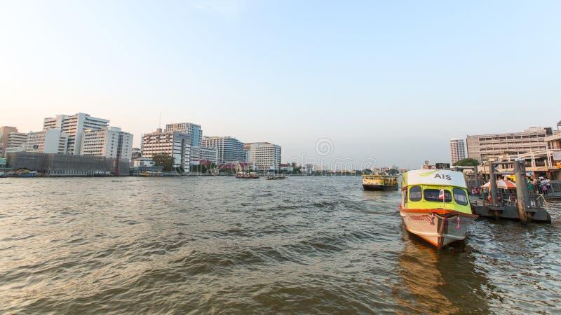 Bateau local de transport sur le fleuve Chao Phraya images libres de droits