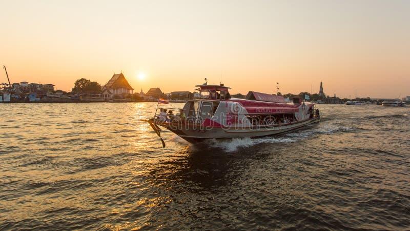 Bateau local de transport sur le fleuve Chao Phraya photographie stock