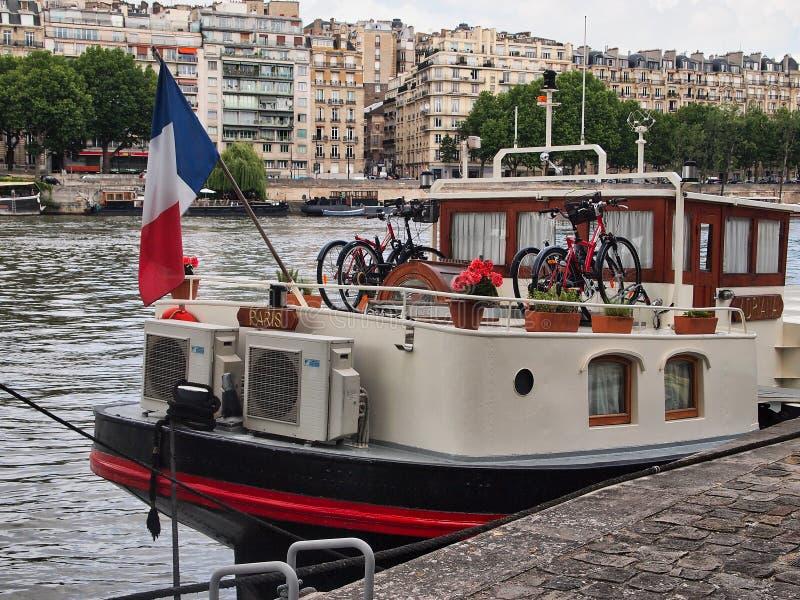 Bateau-maison coloré battant pavillon français, la Seine, Paris, France images libres de droits