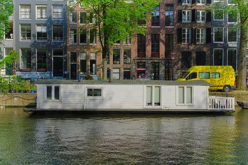 Bateau-maison se reposant dans le canal d'Amsterdam photos stock