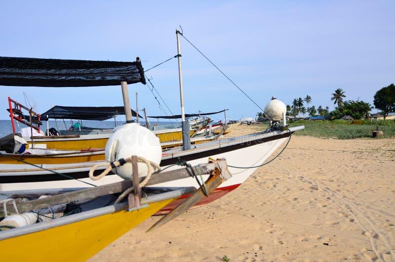 Bateau malaisien traditionnel de pêcheur sur la plage sablonneuse photo stock