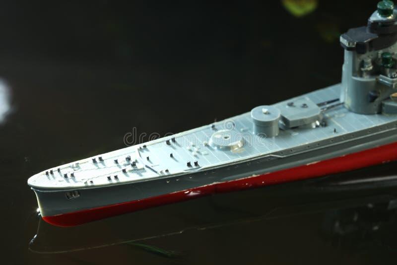 Bateau modèle en plastique miniature dans la scène de l'eau photographie stock libre de droits