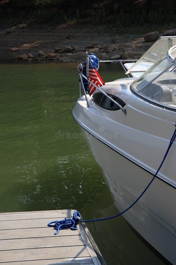 Bateau moderne amarré au dock images libres de droits