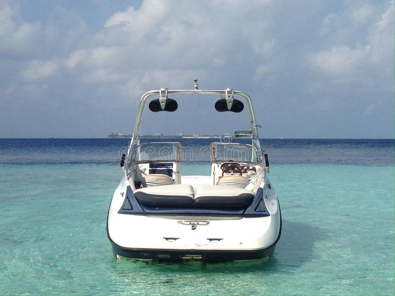 Bateau moderne de vitesse dans la lagune de l'île tropicale dans l'Océan Indien, Maldives images libres de droits