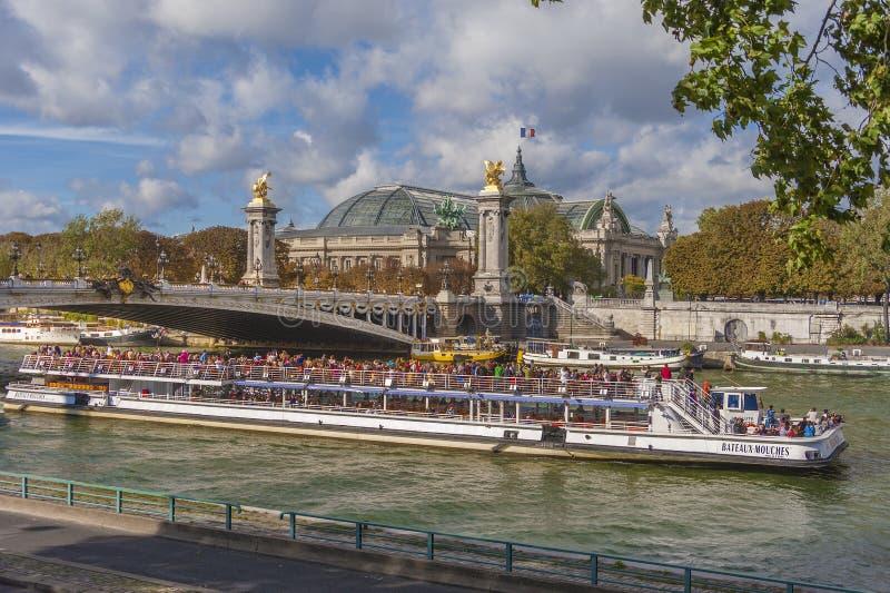 Bateau Mouche, Paris Redaktionell Fotografering för Bildbyråer